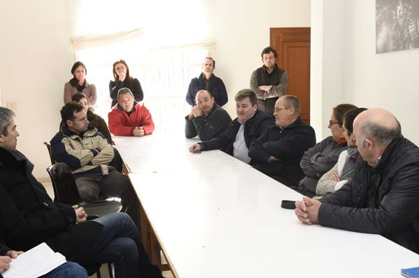 Adegueiros da D.O. Valdeorras presentes na rolda de prensa, xunto aos traballadores do consello./ Foto: Carlos G. Hervella