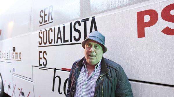 Photo of O socialista Miguel Bautista visita o autobús do PSOE na Rúa