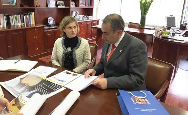 Nava Castro mantivo unha reunión co reitor do centro, Luis Fernández.