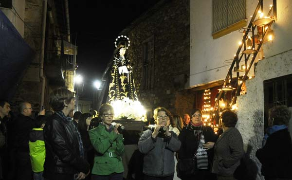 Photo of Os caracois acesos iluminan a procesión do Silencio en Petín