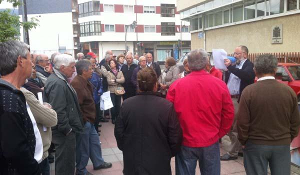 Lendo o manifesto durante a concentración no Barco.
