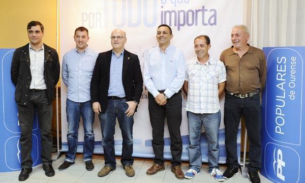 O cabeza de lista de Manzaneda, con Baltar e outros compañeiros, ao remate do mitin./ Foto: Carlos G. Hervella.
