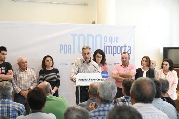 O candidato popular á alcaldía de Rubiá, Elías Rodríguez, rodeado por membros da súa lista./ Foto: Carlos G. Hervella.