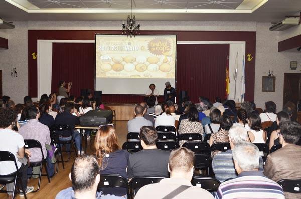 Público seguindo a intervención de Vilar na tarde do 21 de maio./ Foto: Festival de Cans.