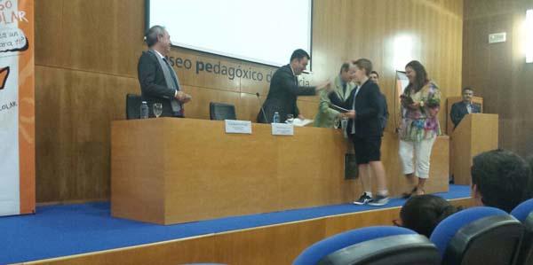 Víctor Ortiz recollendo o Premio de mans do  conselleiro.