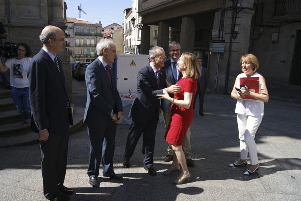 O alcalde de Ourense, saudando á ministra de Fomento na súa viaxe a cidade o 20 de xuño, en presenza do subdelegado do Goberno e do deputado Celso Delgado.