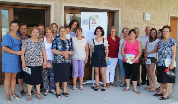 Participantes no obradoiro, colaboradores e veciños de Paradela e do seu entorno./ Foto: Asociación Escola Rural de Saúde da Limia.