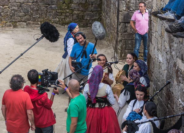 Os cámaras do equipo de Vilar tomando imaxes da actuación da agrupación folclórica Tequexeteldere./ Foto: Sindo Novoa.