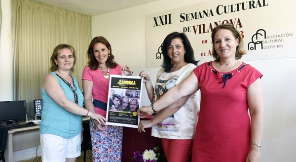 """A directiva da Asociación Cultural O Mosteiro co cartaz de """"A Esmorga"""" que se proxectará en Vilanova (O Barco). /Foto: Carlos G. Hervella."""