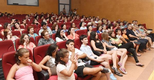 Público asistente ao teatro na Casa da Cultura de Viana. /Foto: Carlos G. Hervella.
