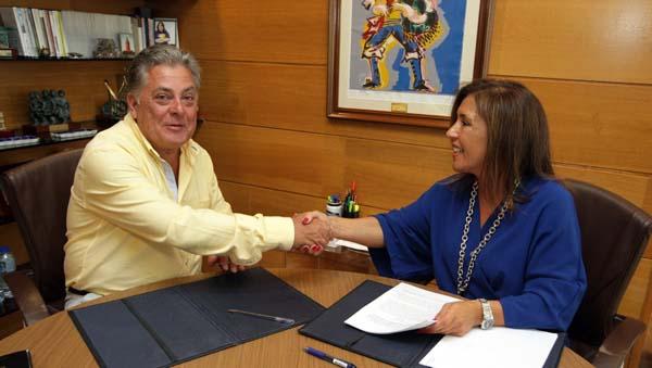 O alcalde de Quiroga, Julio Álvarez e a conselleira de Traballo e Benestar, Beatriz Mato.