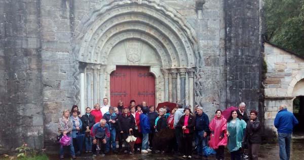 Os participantes nas Xornadas, diante da Igrexa de San Pedro Fiz en Hospital do Incio.