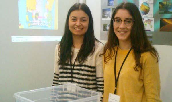 Photo of Dúas alumnas do instituto de Trives en Galiciencia 2015