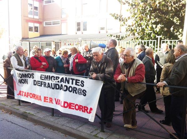 Os emigrantes concentrábanse diante da delegación valdeorresa de Facenda./ Foto cedida.