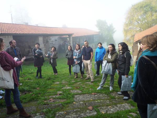 Photo of Un cento de docentes galegos visitan a Casa Museo de Otero Pedrayo