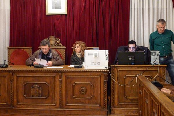 Aurentino Alonso, alcalde en funcións, dando lectura aos nomes dos membros das mesas designados tras o sorteo./ Foto: Ángeles Rodríguez.