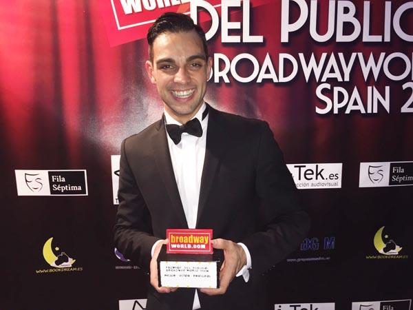 O actor valdeorrés Christian Escuredo co premio ao mellor actor principal nos BroadwayWorld Spain 2015.