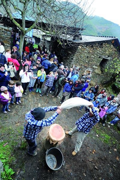 Imaxe da pisa da castaña na pasada edición desta festa en Froxán./ Foto: Carlos G. Hervella.