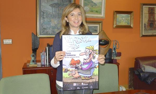 A concelleira de Cultura do Barco, Margarida Pizcueta co cartel do Botelo, obra de Luis Davila. /Foto: Mónica G. Bellver.