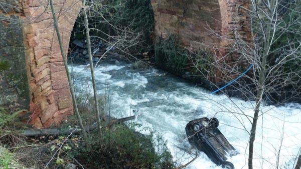 Photo of Un vehículo cae ás augas do regato Candís, no Barco