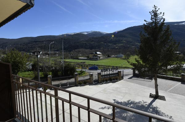 Panorámica das montañas dende un dos balcóns do hotel./ Foto: Carlos G. Hervella.