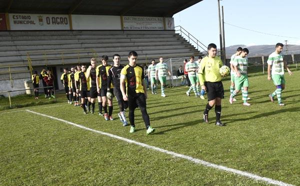 Os xogadores do C.D. Trives e Atl. Pontedeva saíndo ao campo.