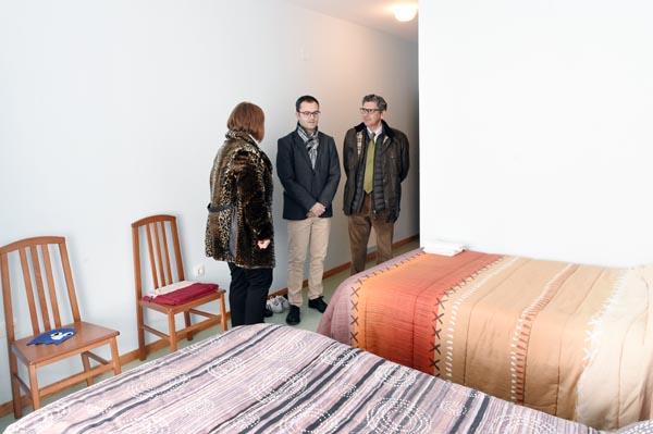 Visitando unha das habitacións da residencia.