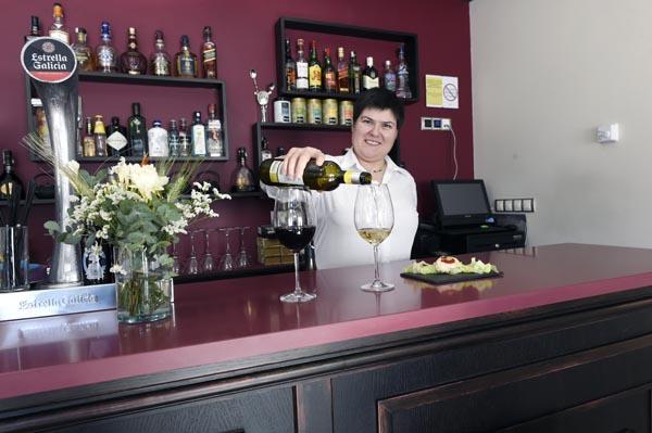 Servindo un viño na cafetería. /Foto: Carlos G. Hervella.