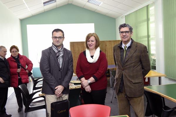 A presidenta de Asfaval cos respresentantes de Iberdola no comedor do centro.