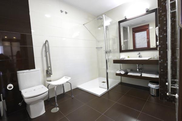 Baño adaptado para minusválidos nunha das habitacións. /Foto: Carlos G. Hervella.