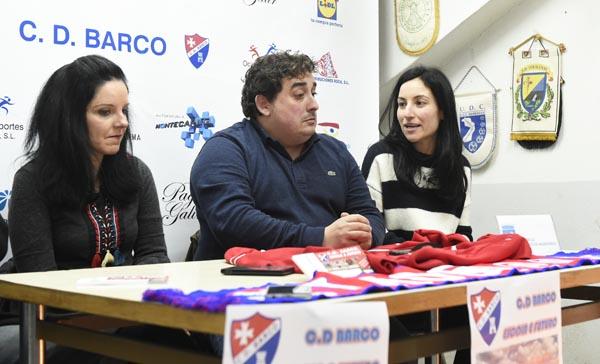 O presidente do CD Barco con dous membros da directiva do CCA O Barco. /Foto: Carlos G. Hervella.