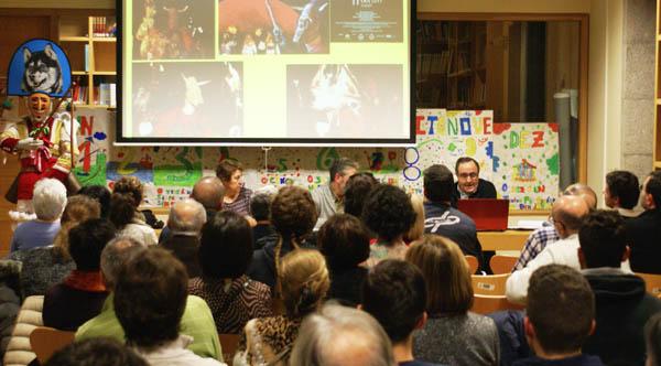 O etnólogo José Rodríguez Cruz, nunha conferencia impartida recentemente na Biblioteca de Verín./ Foto: Biblioteca de Verín.