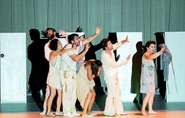 "Photo of A ""cegueira branca"" de Saramago, da man de Sarabela Teatro no Barco"