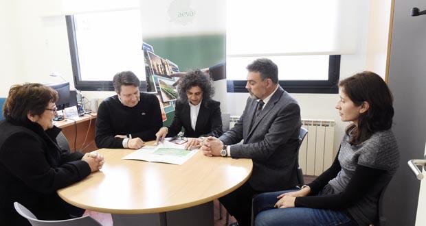 O director xeral de Orientación, reunido con representantes de AEVA, na súa sede no Barco./ Foto: Carlos G. Hervella.