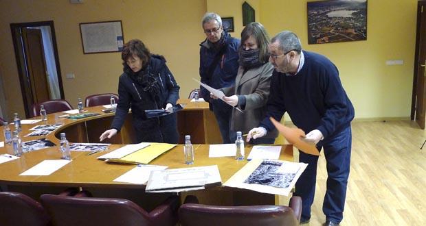 Algúns dos membros do xurado, vendo as fotografías./ Foto: Carlos G. Hervella.
