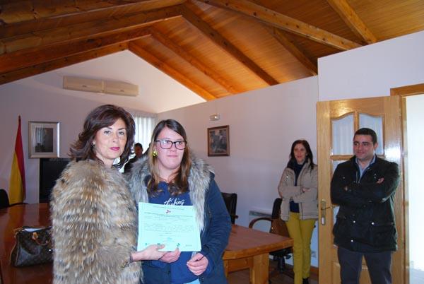 A delegada da Xunta en Ourense entregando un diploma a unha das participantes no obradoiro, na Gudiña.