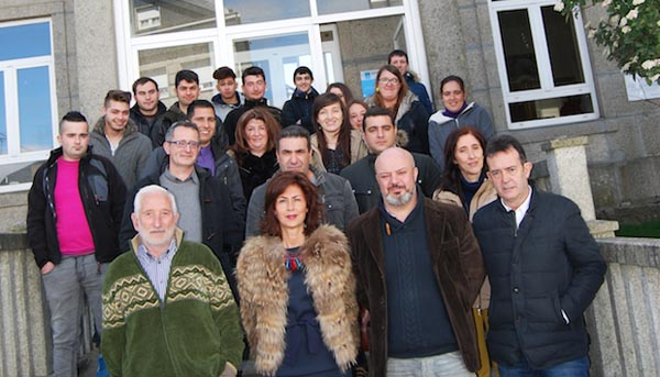 Os alumnos do obradoiro cos alcaldes da Gudiña, Vilariño de Conso e Riós e coa delegada da Xunta en Ourense.