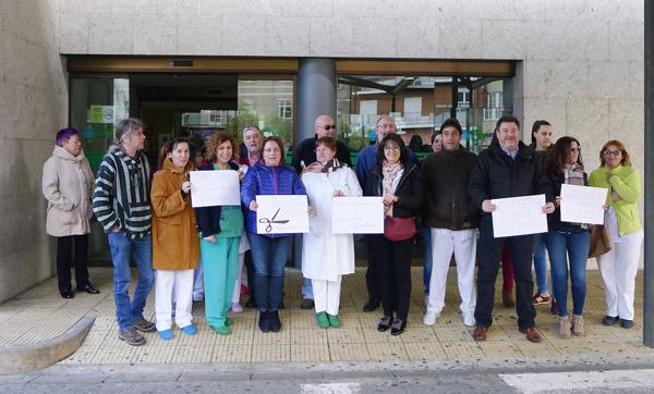 Concentración diante da entrada do Hospital Comarcal Valdeorras, no Barco./ Foto: Mónica G. Bellver.