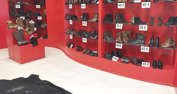 Interior da zapatería cos zapatos de muller.