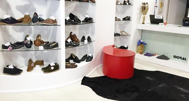 Interior da zapatería cos zapatos de home.
