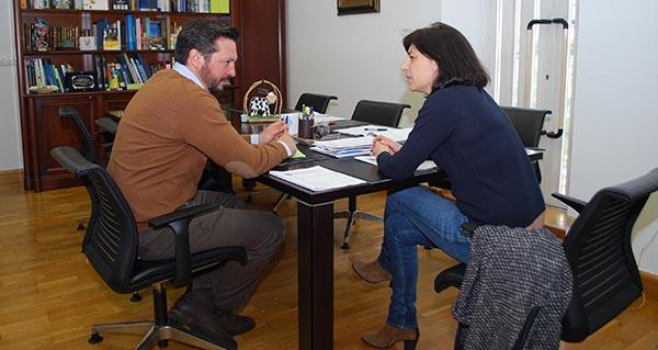 O alcalde de Transmiras, Emilio José Pazos, coa conselleira, esta mañá.