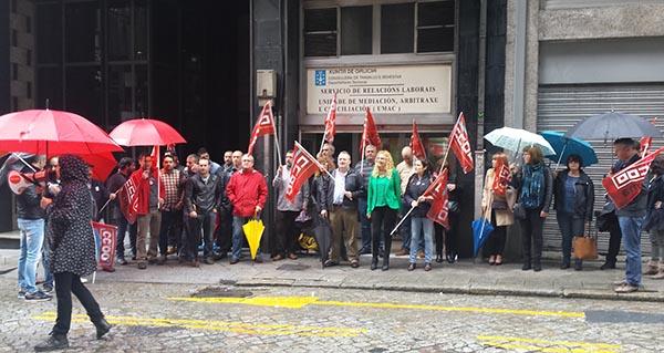 Photo of CC OO concéntrase ante a Xunta en apoio dunha delegada sindical