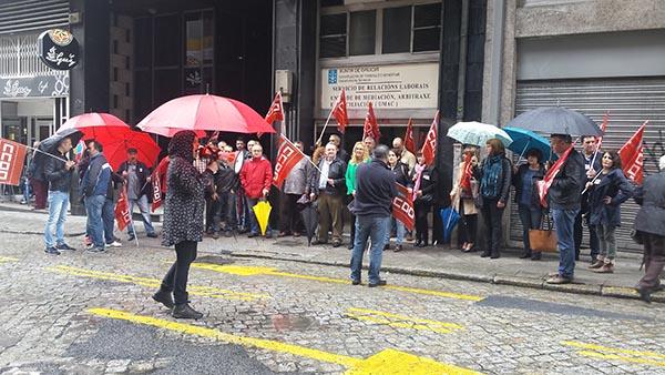 Imaxe da protesta, esta mañá, diante do Servizo de Mediación da Xunta.