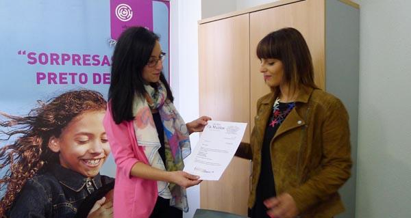 A presidenta do CCA entregándolle o premio a Arantxa Alonso./ Foto: Ángeles Rodríguez.