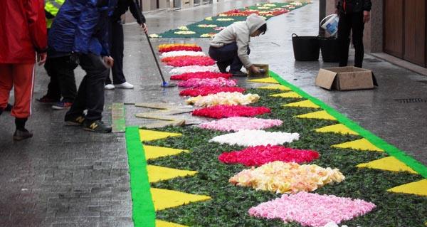 Alfombras florais baixo a chuvia no Barco
