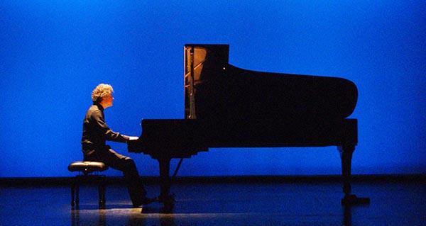 Photo of Aforo case completo para escoitar ao pianista Paul Lewis no Principal