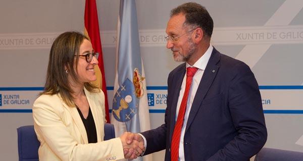 A conselleira de Infraestruturas e Vivenda, Ethel Vázquez, tras asinar un convenio de colaboración co alcalde de San Cibrao das Viñas, Manuel Pedro Fernández.