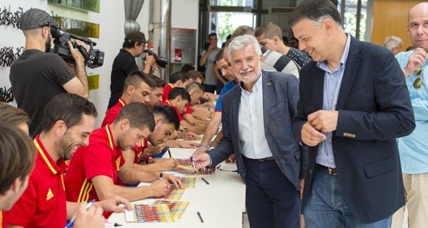 Rosendo Fernández e Bernardino González na firma de autógrafos da Selección Española de fútbol sala.