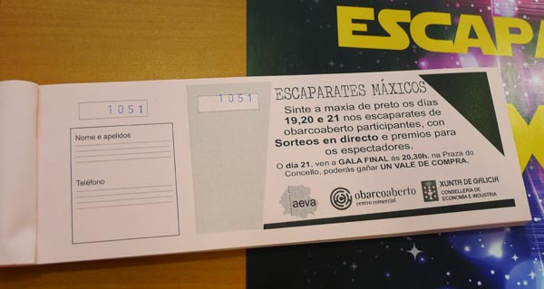"""Rifas para os sorteos que farán durante os espectáculos de """"Escaparates máxicos""""./ Foto: Mónica G. Bellver."""
