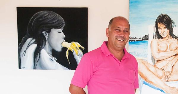 O pintor barquense Chere, con algúns dos seus cadros./ Foto cedida.